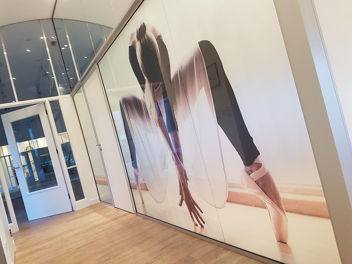 Glasfolie met print bij Fysiotherapie van der Donk